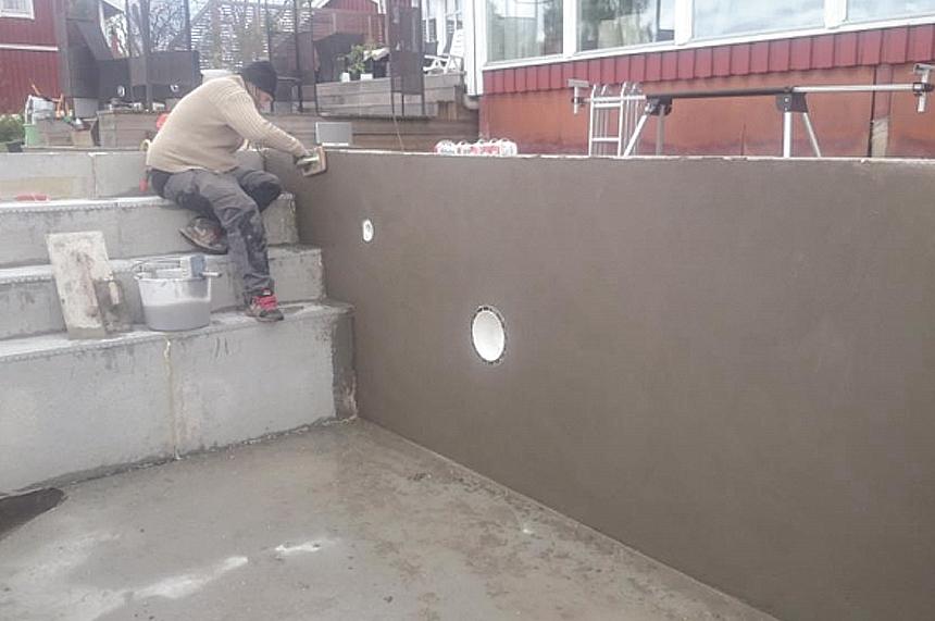 Vid platssvetsad liner ska poolväggar och trappa ytspacklas för att få en helt slät yta.